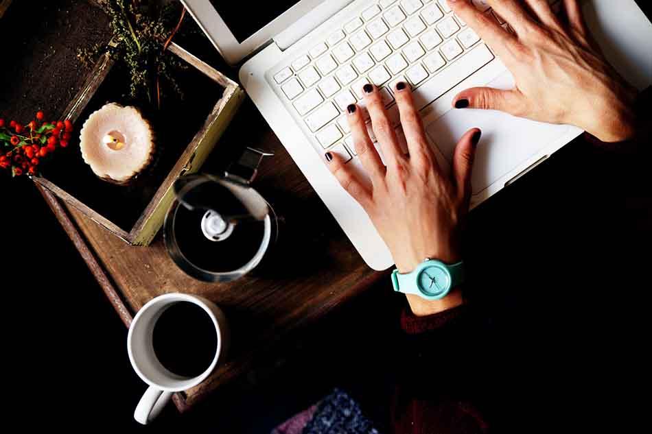 Diseño web barato - Mesa laptop café y manos