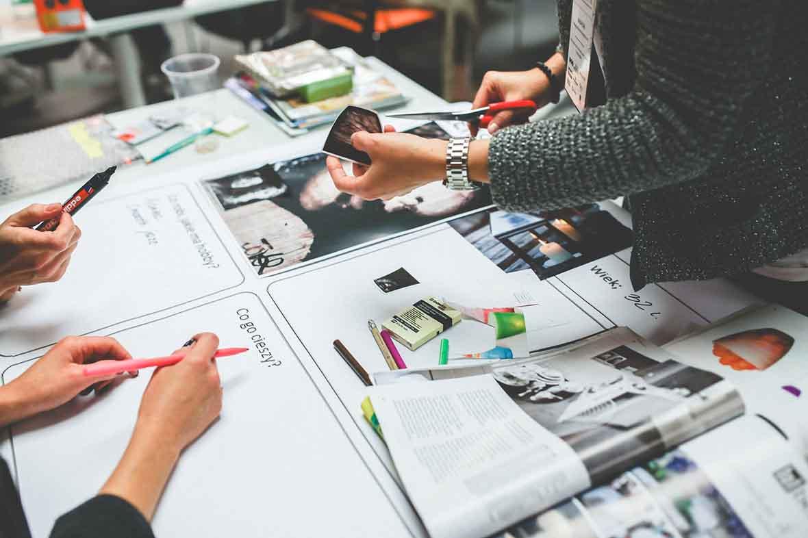 diseño web bonito - escritorio con materiales creativos