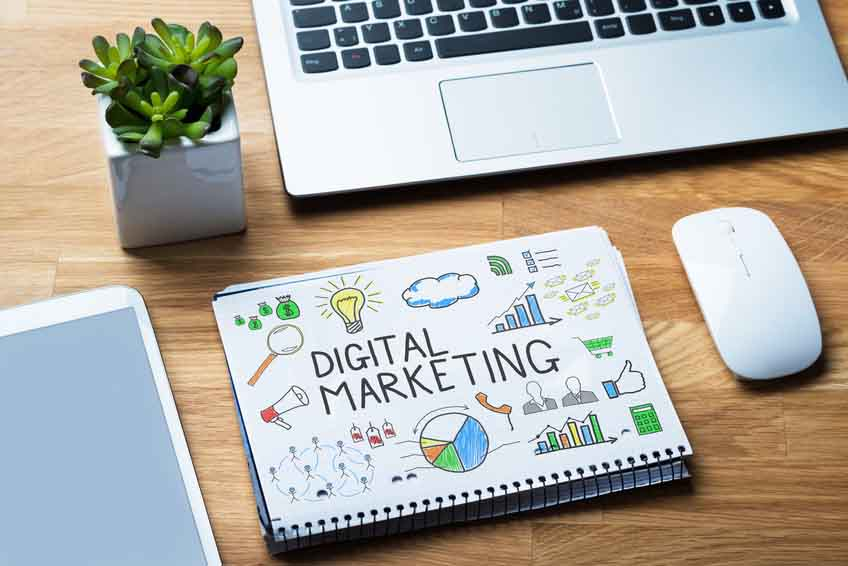 marketing digital Caracas - Escritorio laptop tablet mouse planta y libreta con ideas