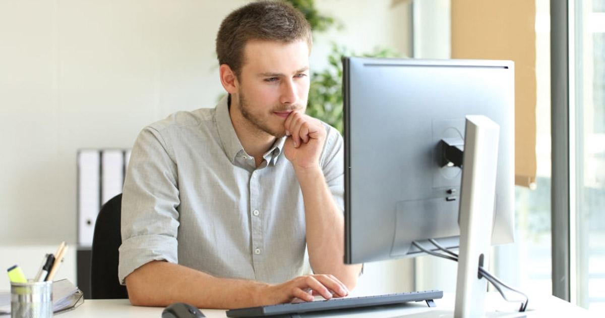 Community Manager concentrado usando computadora en la oficina
