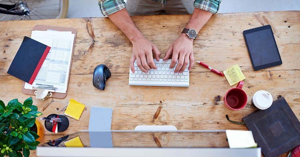 Profesionales trabajando en blog de diseño.