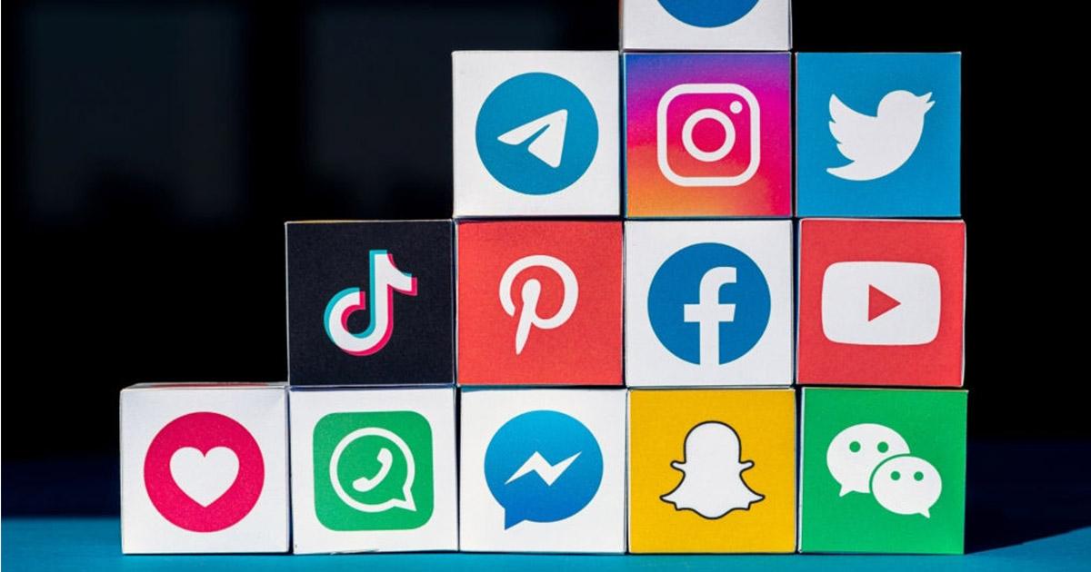 Cubos con logos de redes sociales más usadas hoy en día
