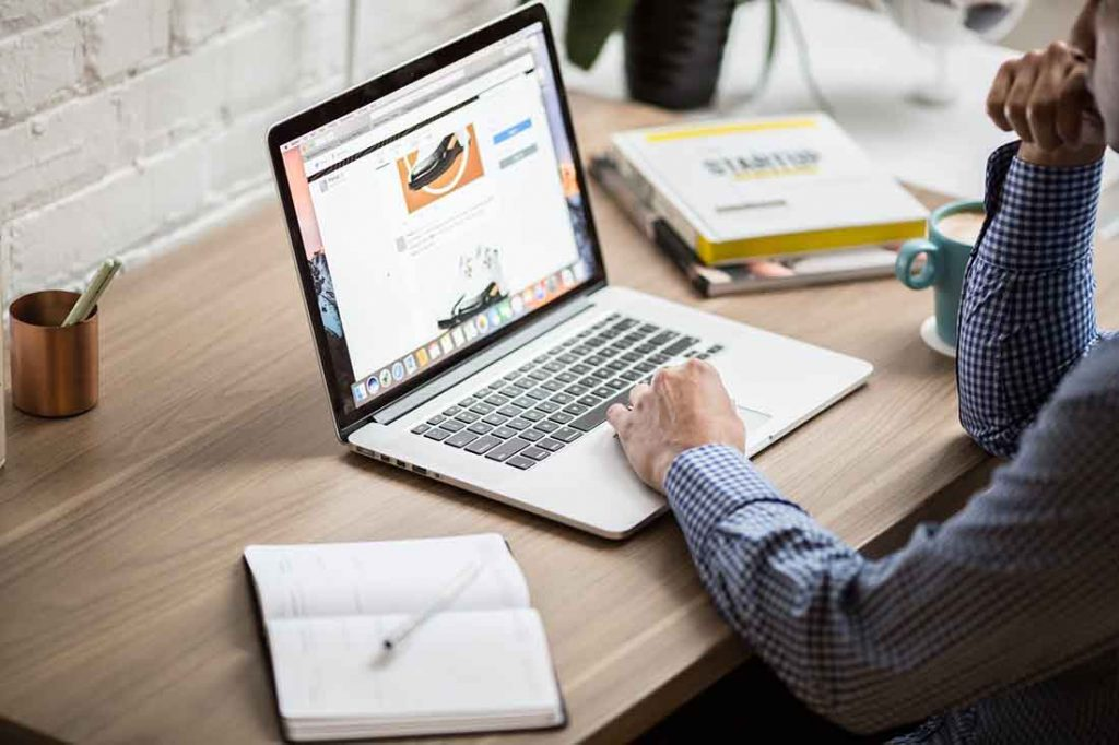 Páginas web baratas - escritorio lapto café y hombre