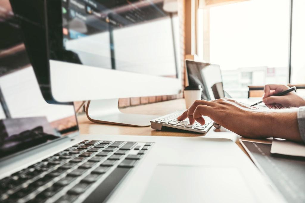 Páginas web económicas - Escritorio Ordenador Laptop Manos